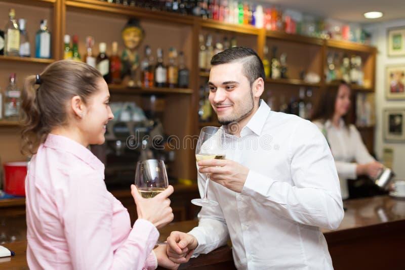 Barista e dois clientes no contador imagens de stock