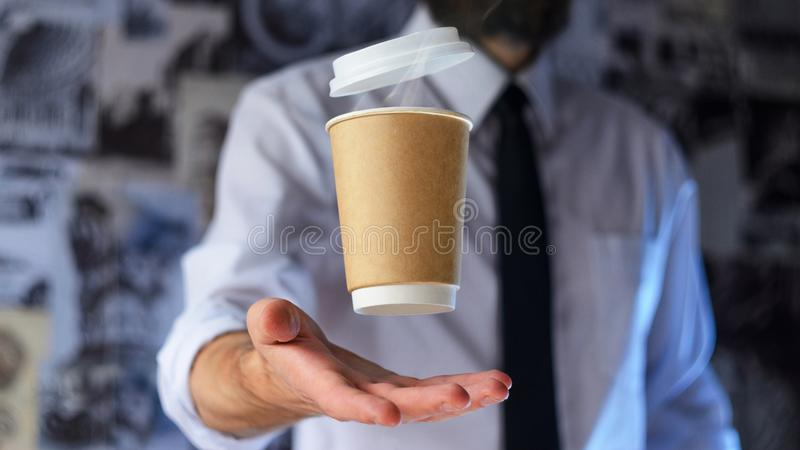 Barista e levitar o copo de papel do café quente imagens de stock royalty free