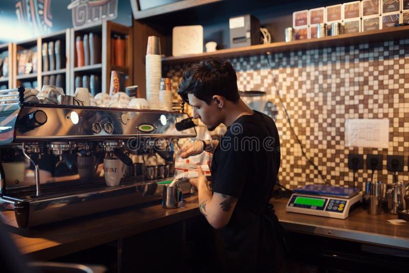 Barista en el trabajo en una cafetería foto de archivo libre de regalías