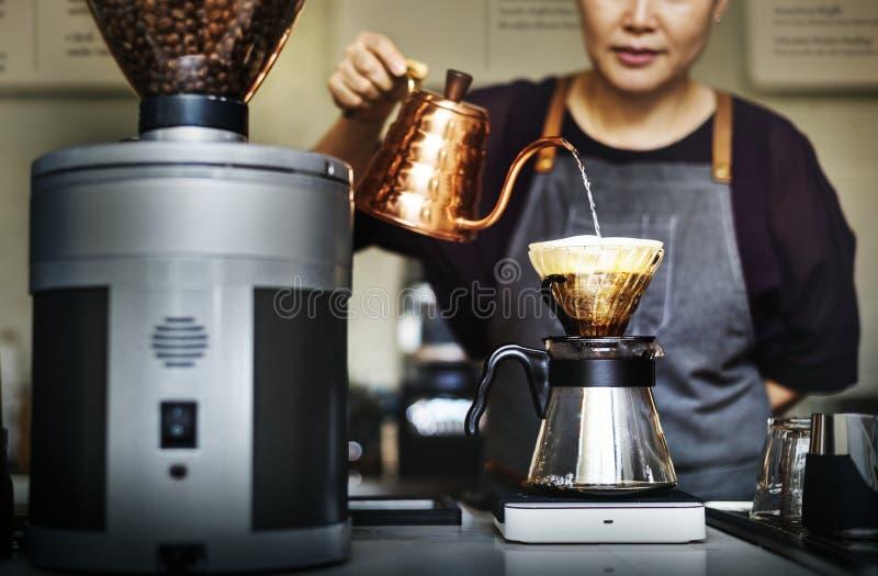 Barista está fazendo o café imagem de stock royalty free