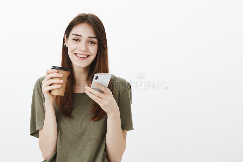 Barista femenino atractivo que tiene rotura, café de consumición para impulsar energía Retrato de la sonrisa positiva de la mujer fotografía de archivo libre de regalías