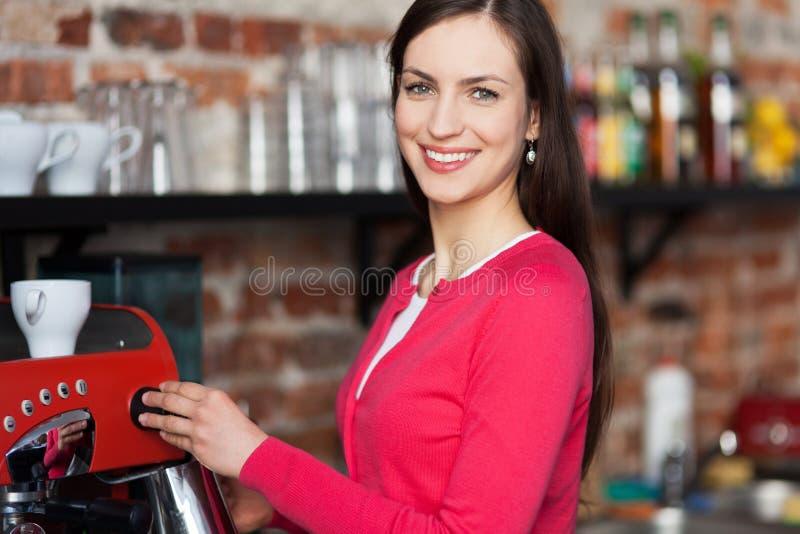 Barista femenino que hace el café imagen de archivo