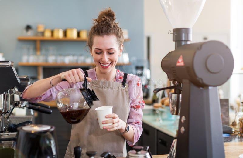 Barista femenino que hace el café fotos de archivo libres de regalías