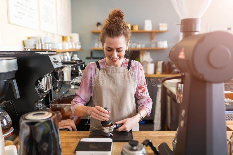 Barista femenino que hace el café fotografía de archivo