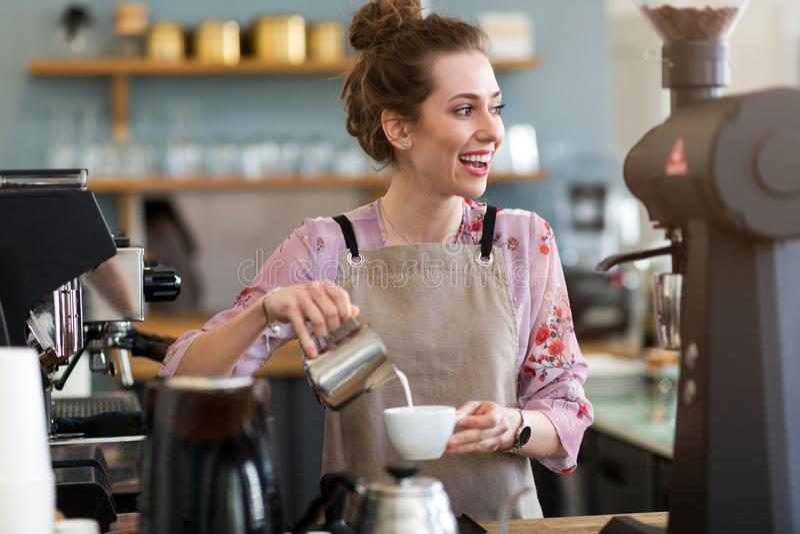 Barista femenino que hace el café imagen de archivo libre de regalías