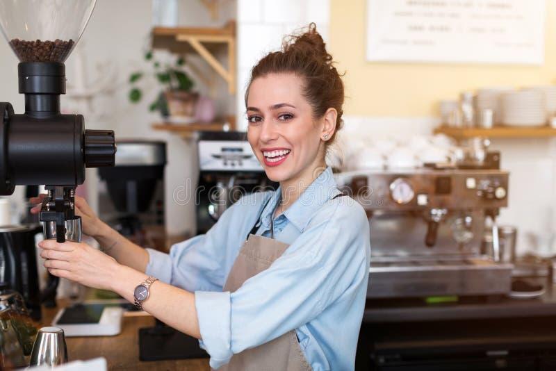 Barista femenino que hace el caf? fotos de archivo