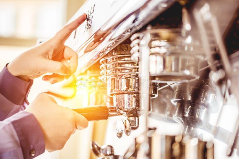 Barista gebruikend koffiemachine om koffie in de koffie te maken royalty-vrije stock afbeelding
