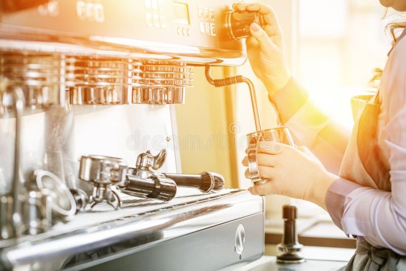 Barista gebruikend koffiemachine om koffie in de koffie te maken royalty-vrije stock foto