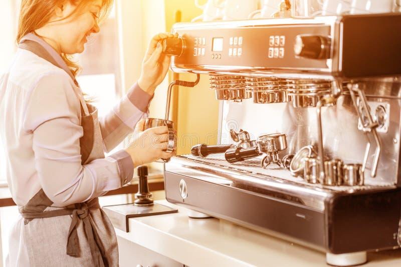 Barista gebruikend koffiemachine om koffie in de koffie te maken royalty-vrije stock foto's