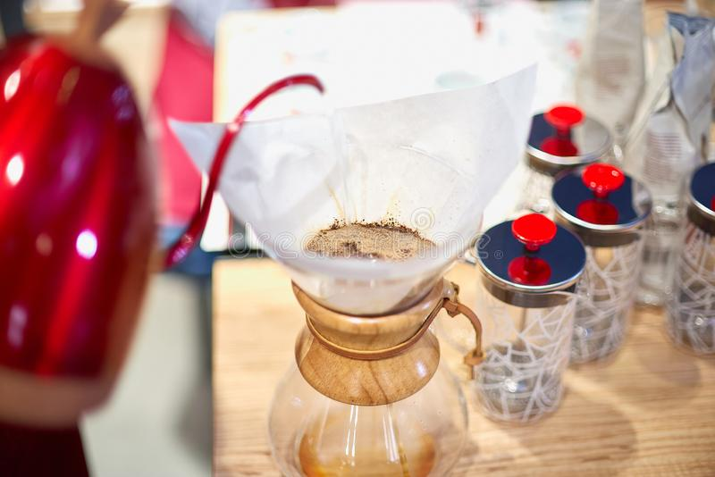 Barista gietend water in kop van grondkoffie op schaal royalty-vrije stock foto's