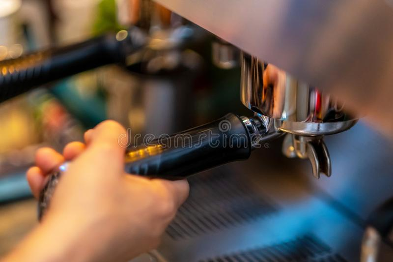 Barista-Hände, die Kaffee von der Maschine machen stockbilder