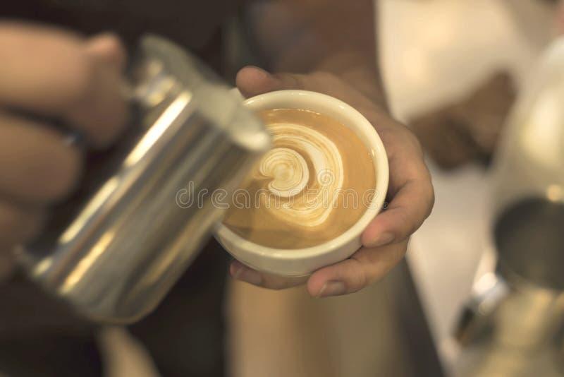 Barista hace arte del latte del café vendimia imagen de archivo libre de regalías