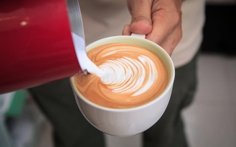 Barista hace arte del latte Taza de latte del caf? fotografía de archivo