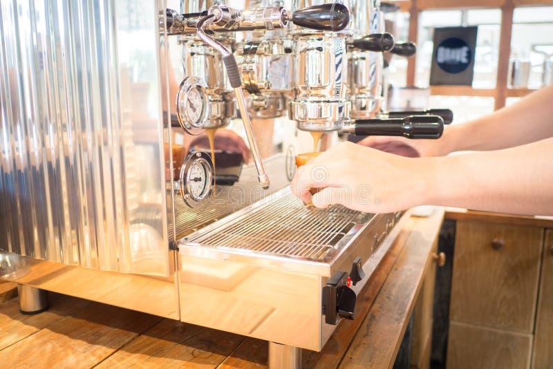 Barista hace el tiro del café express en la máquina del café fotografía de archivo libre de regalías