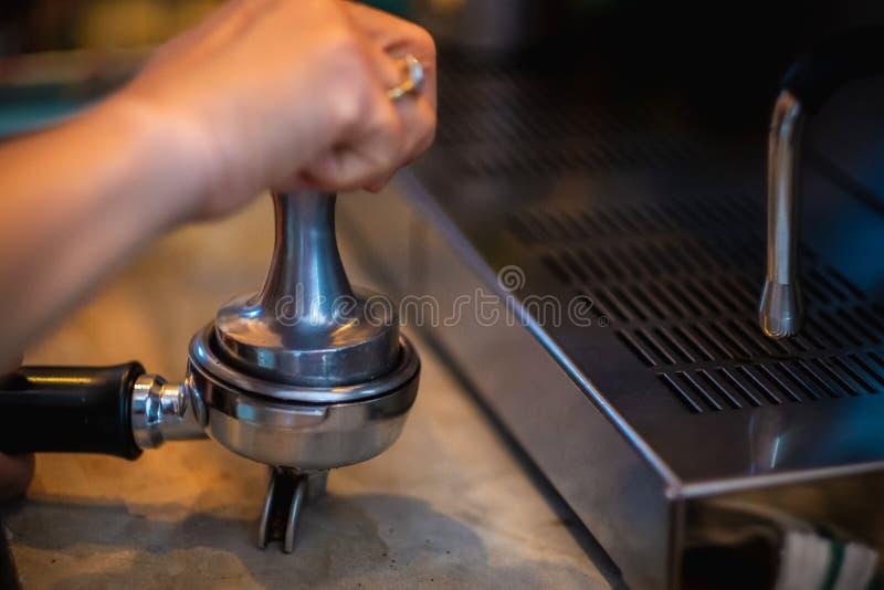 Barista hand som gör kaffe från maskinen royaltyfri fotografi
