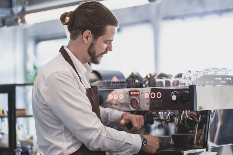 Barista hermoso del inconformista que prepara la taza de caf? para el cliente en cafeter?a Peque?o concepto de lanzamiento del pr foto de archivo