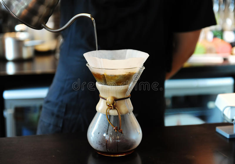 Barista het brouwen koffie stock foto's