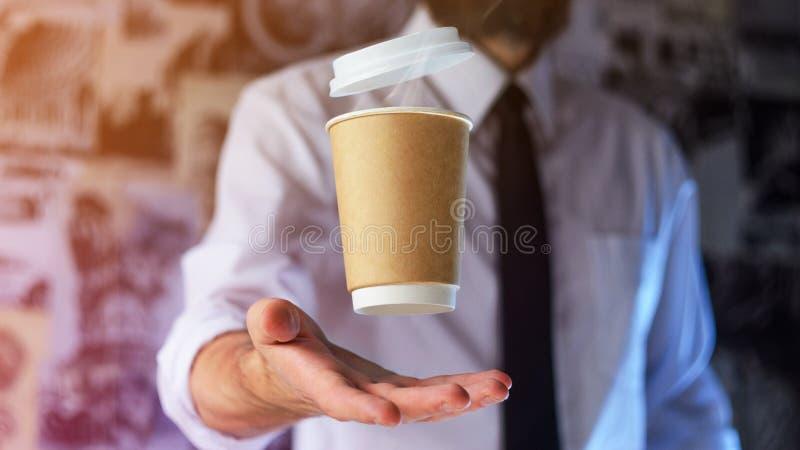 Barista i levitating papierowa filiżanka gorąca kawa obraz stock