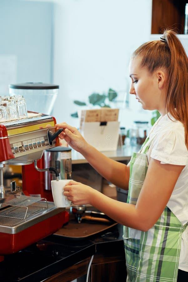 Barista joven que hace el café en cafetería imágenes de archivo libres de regalías