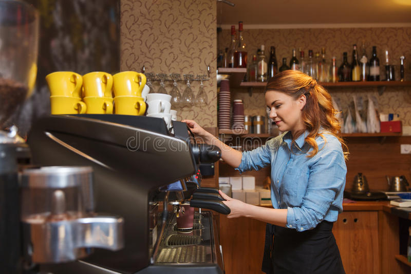 Barista kobieta robi kawie maszyną przy kawiarnią obraz royalty free