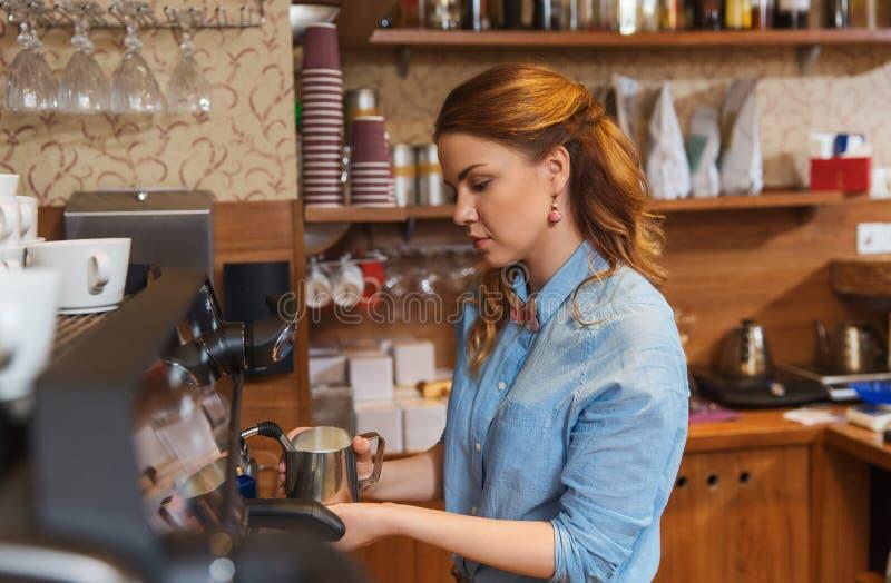 Barista kobieta robi kawie maszyną przy kawiarnią obrazy stock