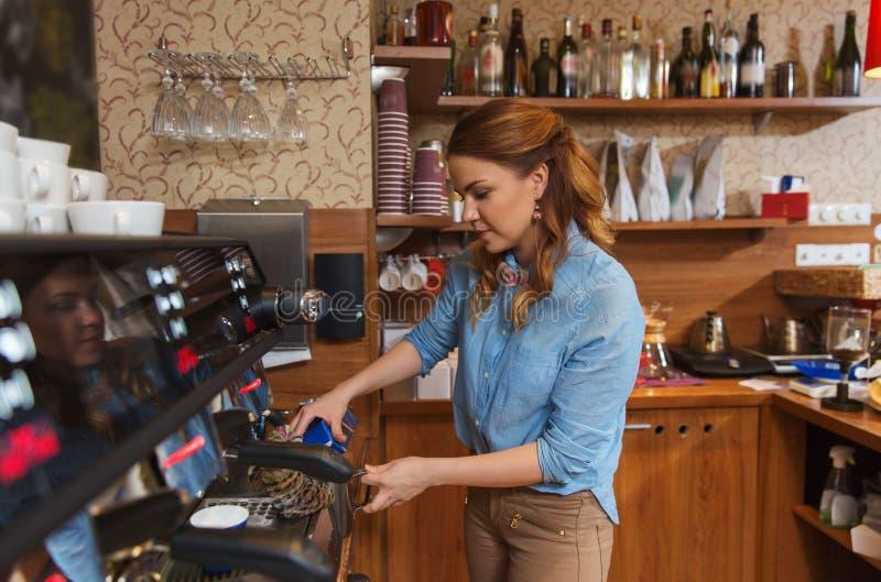 Barista kobieta robi kawie maszyną przy kawiarnią zdjęcia royalty free