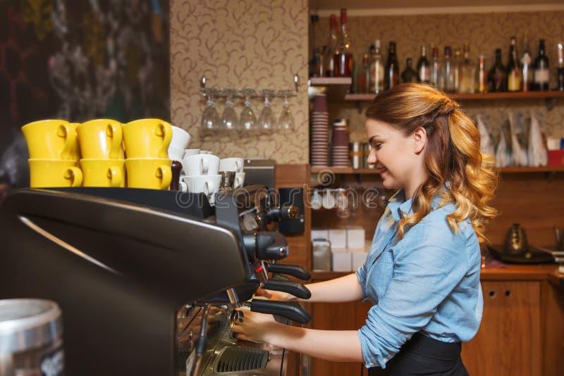 Barista kobieta robi kawie maszyną przy kawiarnią zdjęcie royalty free