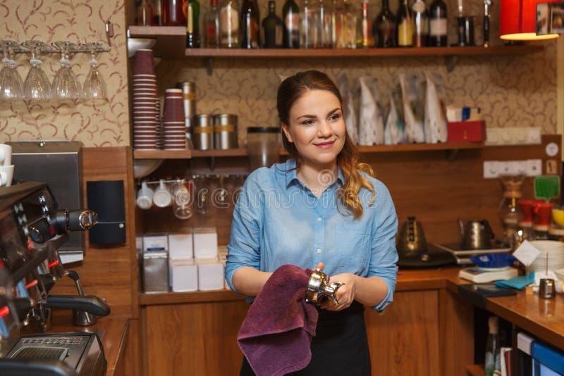Barista kobiety cleaning kawy espresso maszyny właściciel obraz stock