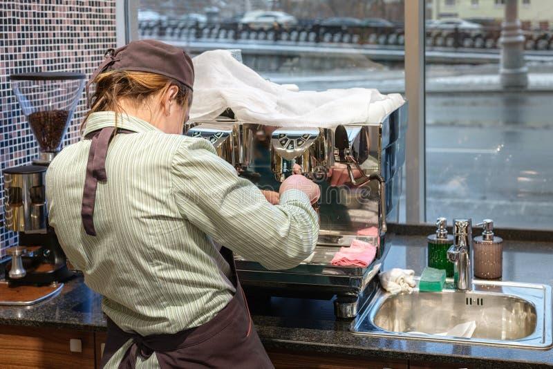 Barista-Mädchen bereitet Kaffee in der Kaffeemaschine zu stockfotos