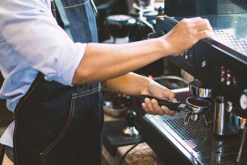 Barista män gör kaffe arkivbild