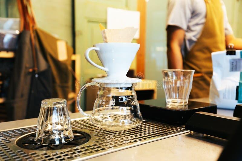 Barista maakt gipskoffie met de alternatieve methode Dripping Koffieslijpmachine, koffiehaak royalty-vrije stock afbeeldingen