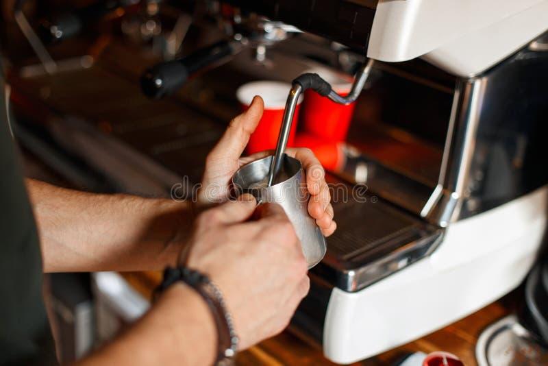 Barista maakt koffie op een professionele koffiemachine in een koffie stock foto's