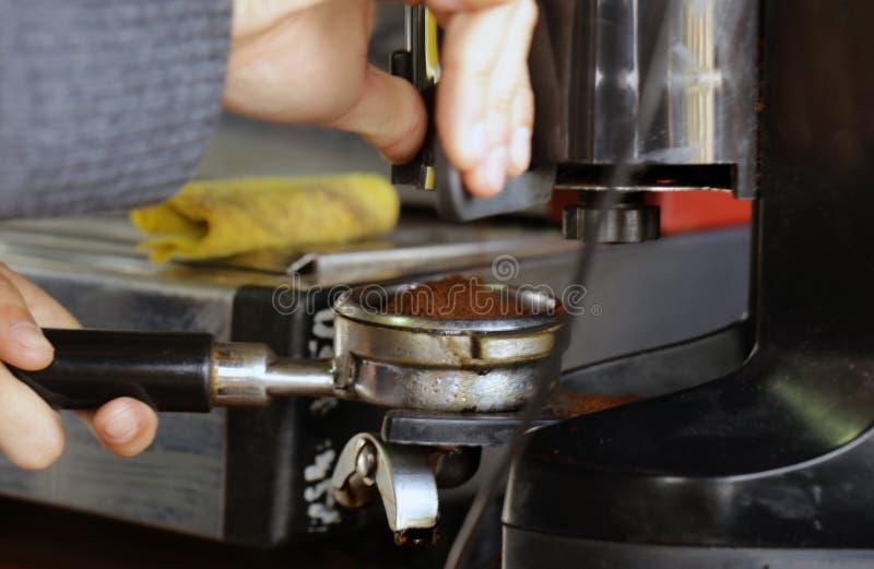 Download Barista macht Kaffee stockfoto. Bild von hersteller, espresso - 90236010