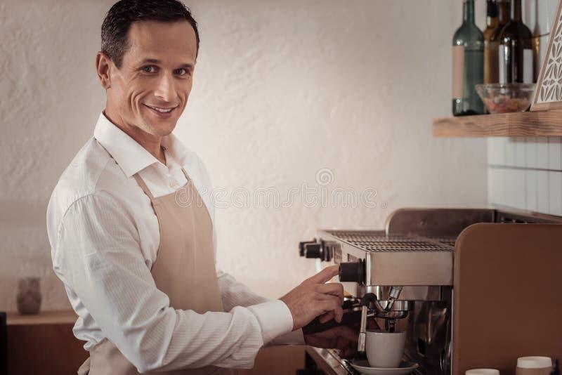 Barista masculino profesional que prepara el café fotografía de archivo