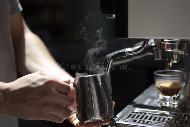 Barista masculino que hace el café express en una cafetería imagenes de archivo