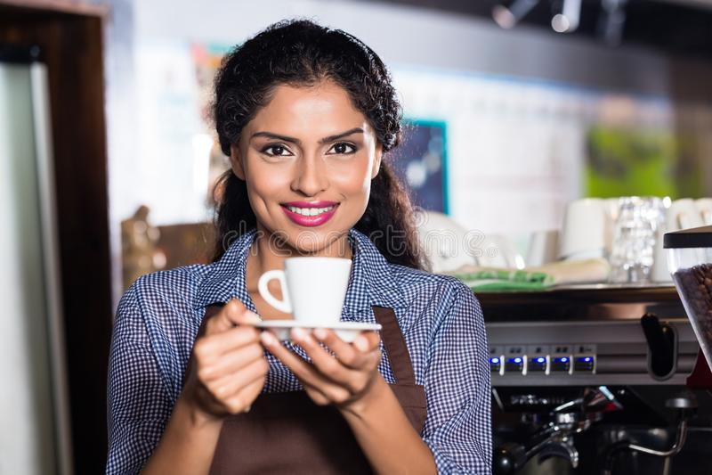 Barista med espresso i indiskt kafé royaltyfri bild