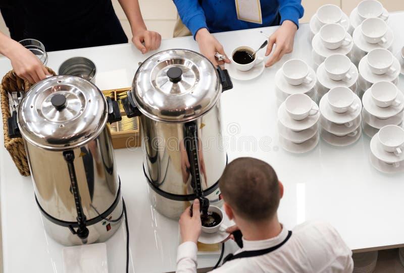 Barista nalewa herbaty i kawy podczas przerwy przy konferencją fotografia stock