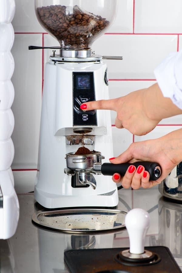 Barista no identificado que hace el café Proceso de la preparación sabroso foto de archivo libre de regalías