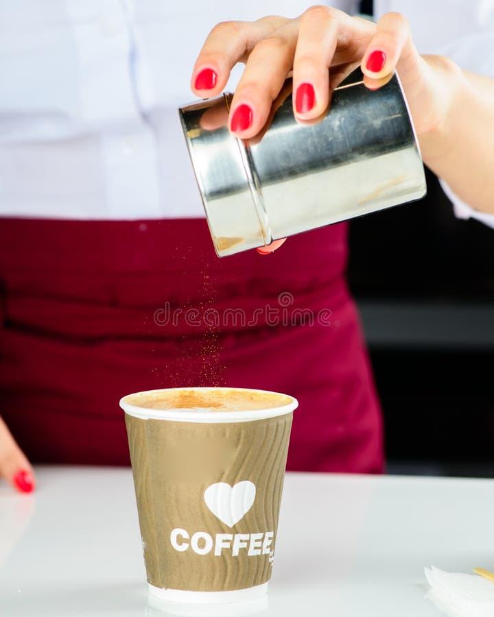 Barista no identificado que hace el café Proceso de la preparación sabroso fotografía de archivo libre de regalías
