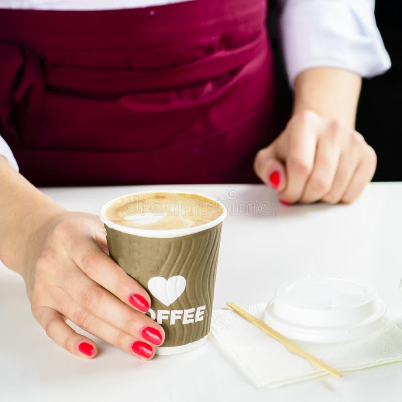 Barista no identificado que hace el café Proceso de la preparación sabroso imagen de archivo
