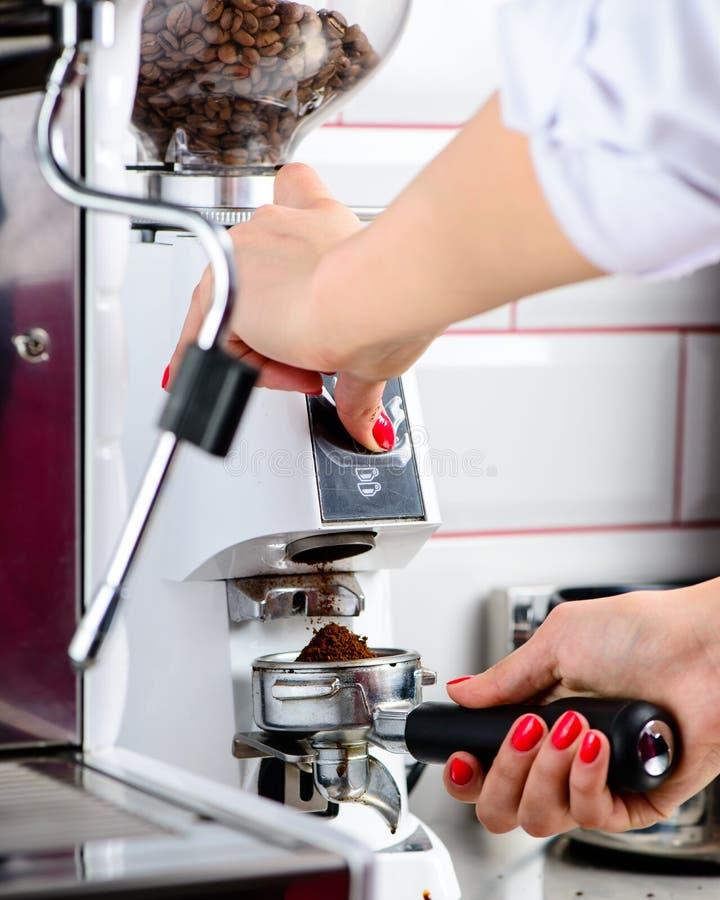 Barista no identificado que hace el café Proceso de la preparación sabroso foto de archivo