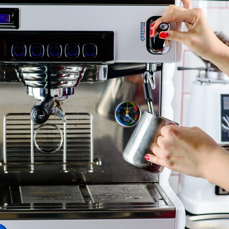 Barista non identificato che produce caffè Processo della preparazione saporito fotografia stock