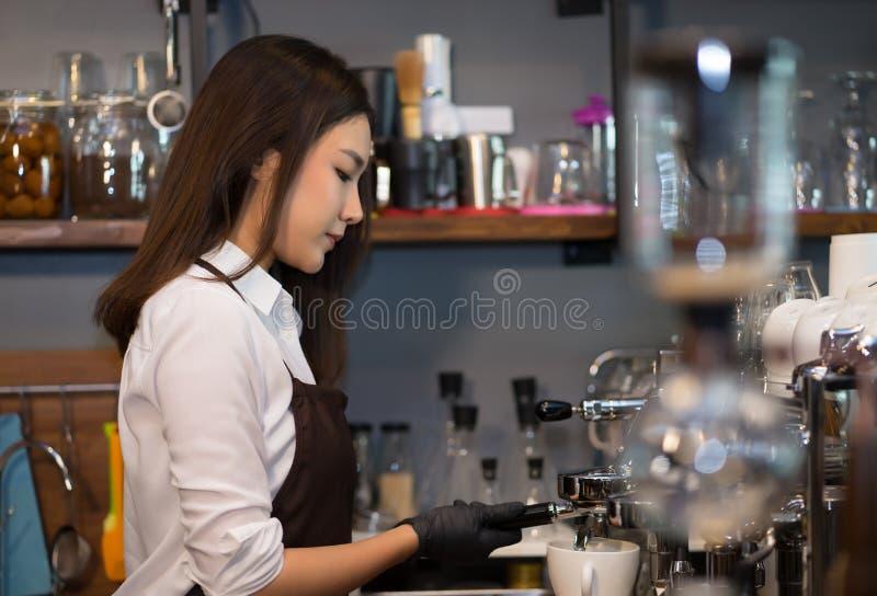 Barista novo do proprietário que prepara a máquina na cafetaria, preparação imagem de stock