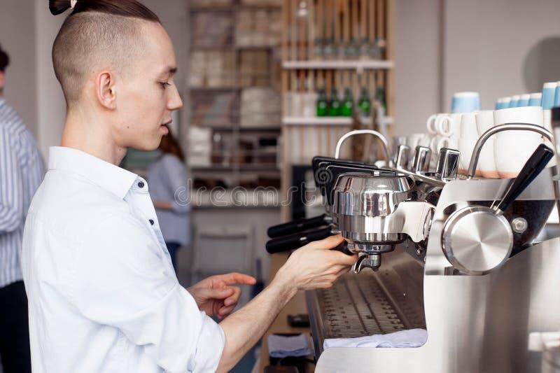 Barista och kaffemaskin royaltyfri foto