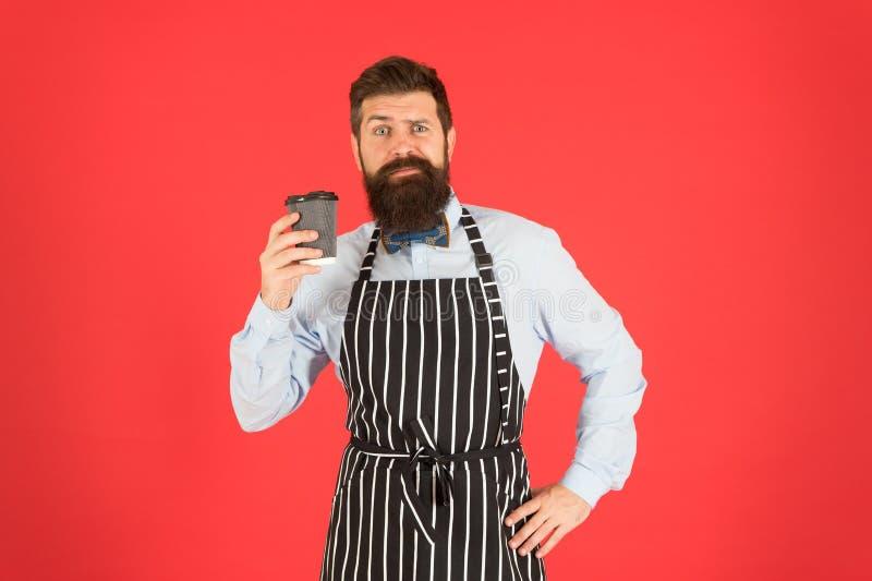 Barista op het werk Diverse lokale kettingen en franchises do lot van halen zaken weg Koffie om te gaan Barista die koffie geven royalty-vrije stock fotografie