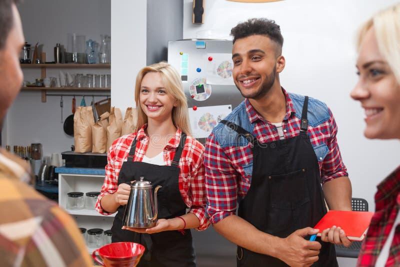 Barista porci klienci dają filiżanki sklep z kawą baru herbacianemu kontuarowi obrazy royalty free