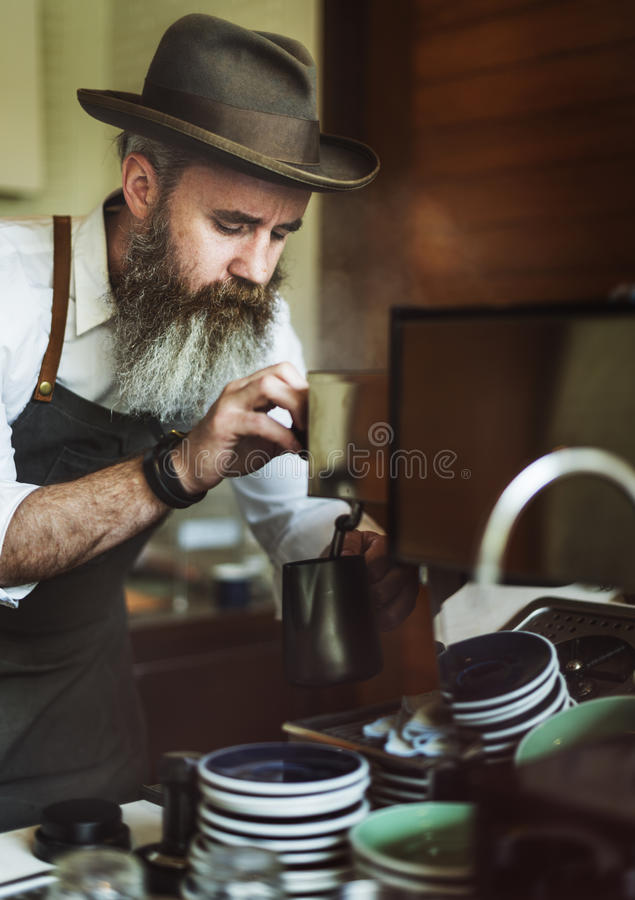 Barista Pouring Coffee Cafe, das Startgeschäfts-Konzept bearbeitet lizenzfreie stockbilder