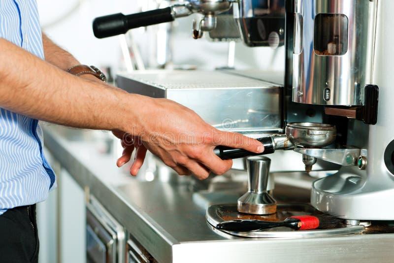 Barista prepara el café express foto de archivo libre de regalías