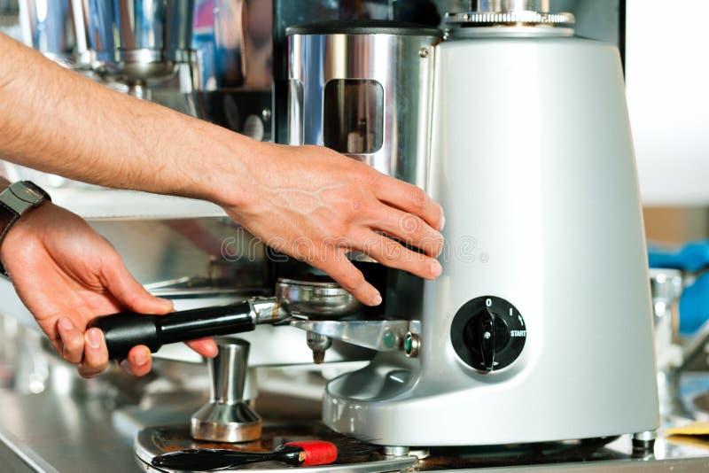 Barista prepara el café express imagenes de archivo