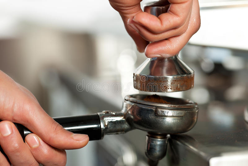 Barista prepara el café express imagen de archivo